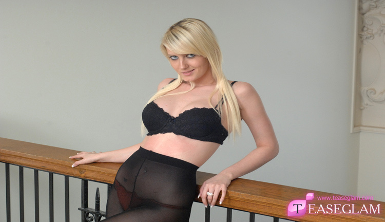 Vicky Goulding strips out of her nylons